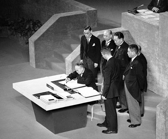 サンフランシスコ平和条約に署名する吉田茂